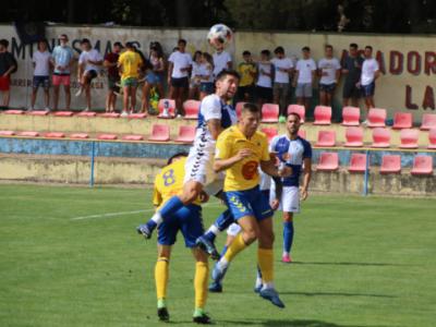 Eder, muy activo todo el partido, disputa un balón aéreo | CD Ebro