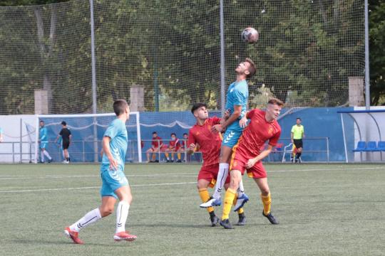 Jorge Adán pelea un balón aéreo en el partido ante el Deportivo Aragón   Daniel Marcén