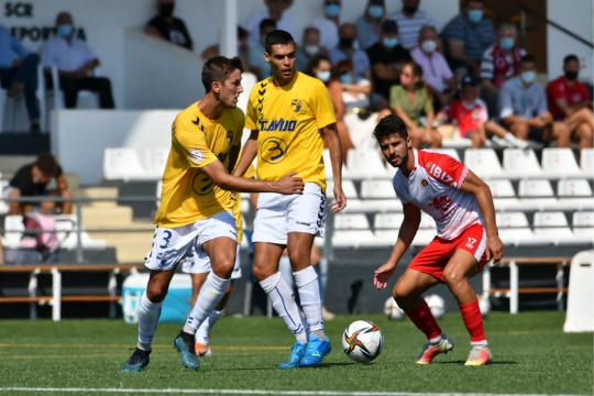 Jorge Adán y Abel Suárez, autor del 1-1, pelean por un balón   Arsen Vorony