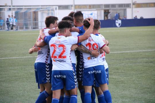 Piña de los jugadores del Ebro para celebrar el pase a cuartos de final   CD Ebro / Adrián Monserrate