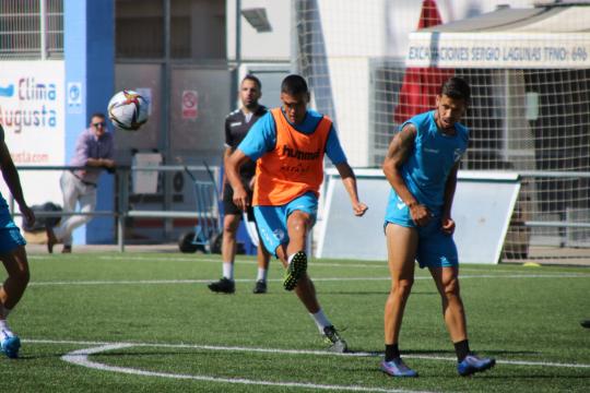 Abel Suárez golpea el balón durante un entrenamiento   CD Ebro / Adrián Monserrate
