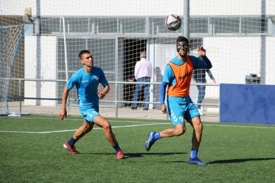 Eder Díez y Noel pugnan por un balón en un entrenamiento   CD Ebro / Adrián Monserrate