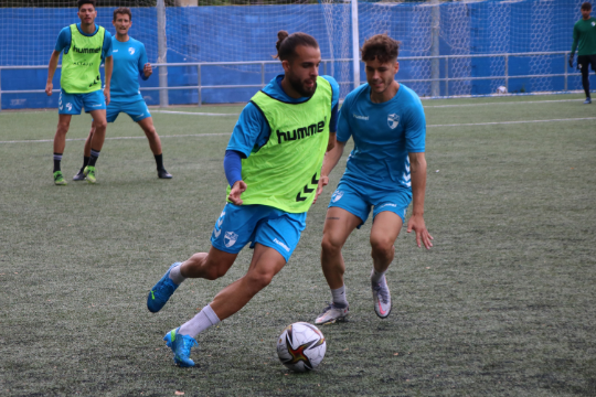 Guille Alonso, exjugador de la SD Tarazona, en el entrenamiento de este viernes   CD Ebro / Adrián Monserrate