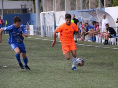 Nahuel, corriendo tras el balón para llegar a línea de fondo | CD Ebro