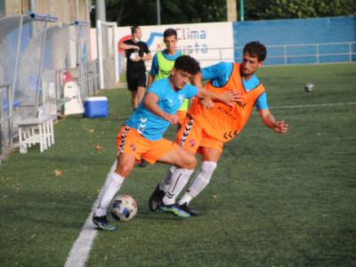 Raúl Sola y Meseguer pugnan por un balón en un calentamiento | CD Ebro