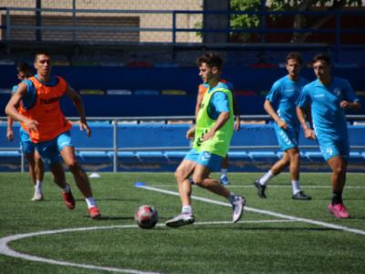 Iñaki controla el balón durante un entrenamiento | CD Ebro