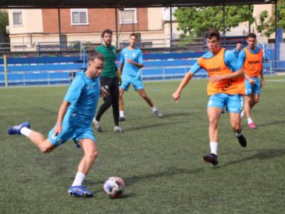 Guille Alonso trata de despejar ante la presión de Oier Sarriegi   CD Ebro