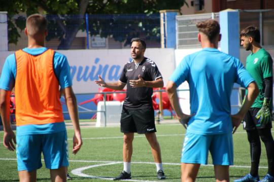 Raúl Jardiel, en una charla con los jugadores en el entrenamiento de este viernes | CD Ebro/Adrián Monserrate