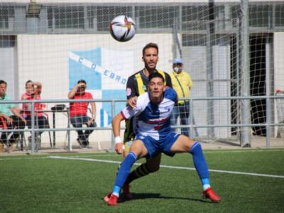 Altube, goleador arlequinado ante el Andratx, pugna por un balón | CD Ebro / Adrián Monserrate