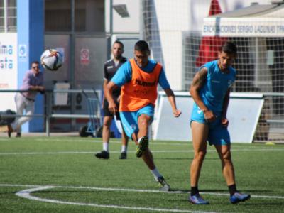 Abel Suárez golpea el balón durante un entrenamiento | CD Ebro / Adrián Monserrate