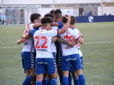 Piña de los jugadores del Ebro para celebrar el pase a cuartos de final | CD Ebro / Adrián Monserrate