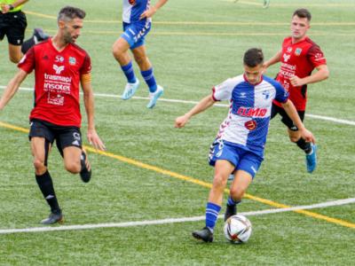 Nando Quesada controla un balón ante el marcaje de dos futbolistas del Formentera | SD Formentera