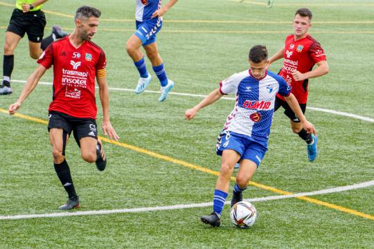 Nando Quesada controla un balón ante el marcaje de dos futbolistas del Formentera   SD Formentera