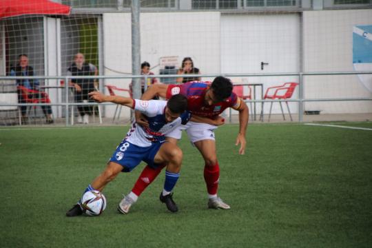 Nando Quesada, que dispuso de las mejores ocasiones, controla un balón | CD Ebro / Adrián Monserrate