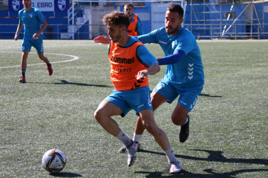 Iñaki Santiago y Ayoze pugnan por un balón en un entrenamiento | CD Ebro / Adrián Monserrate