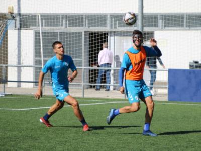 Eder Díez y Noel pugnan por un balón en un entrenamiento | CD Ebro / Adrián Monserrate